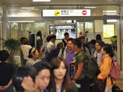 観光客らで空港混雑