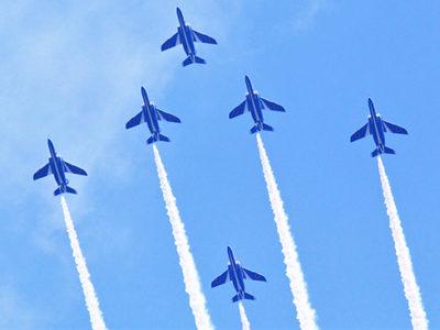 ブルーインパルス展示飛行に歓声