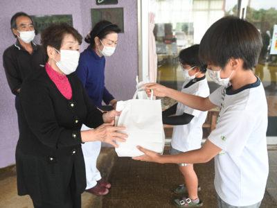 子ども達が高齢者施設にマスク届ける