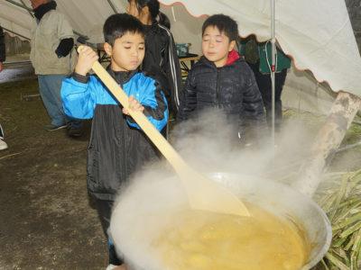 大和小児童、黒糖づくりを体験