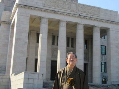 金子衆院議員、大島紬で登院