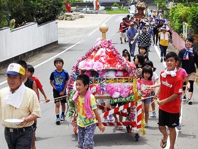 集落パレードで豊作祈願