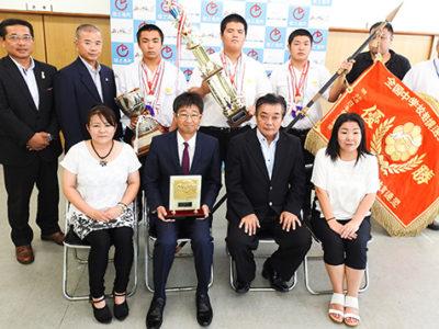 全国中学相撲選手権 団体初優勝を町に報告