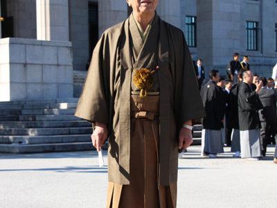 金子衆院議員大島紬で登院