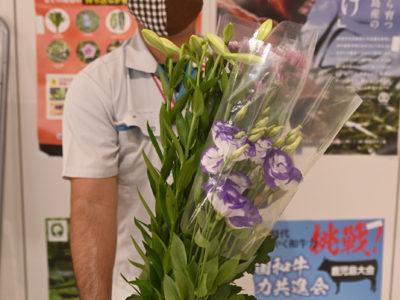 「母の月」に花束届ける