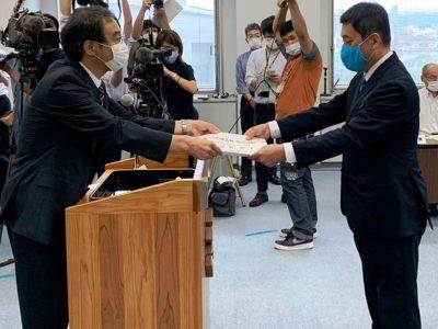 塩田氏に当選証書付与式