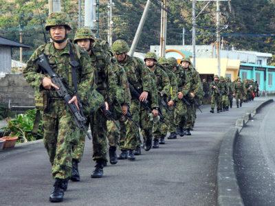 駐屯地外で初訓練、行進公開