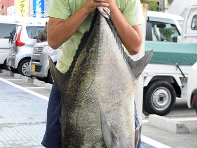 小学生がヒラアジ28㌔釣り上げる